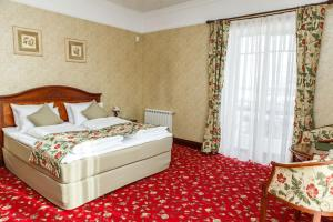 A bed or beds in a room at Park Hotel Voznesenskaya Sloboda