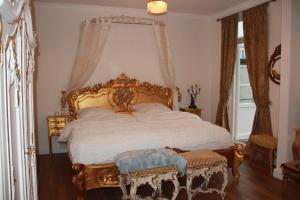 A bed or beds in a room at Hotel Lili Marleen