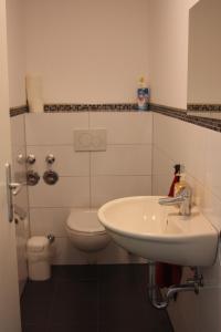 A bathroom at Ahoi-Gästehaus