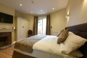 A bed or beds in a room at Sutherland House