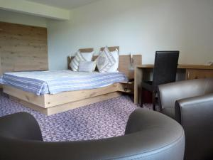 A bed or beds in a room at Hotel Restaurant Le Petit Kohlberg