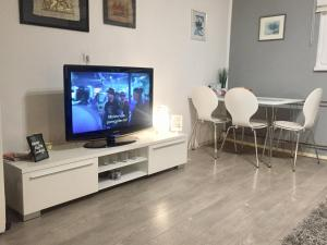 A television and/or entertainment centre at Apartment Inn including free parking