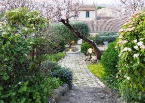A garden outside Sous les courtines