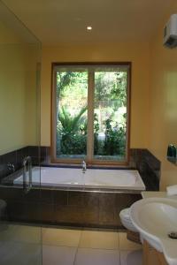 A bathroom at Akaroa FyrneBrooke House