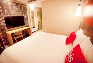 A bed or beds in a room at ibis Harbin Hongqi Street Hotel