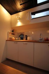 A kitchen or kitchenette at Nachtwacht Apartment