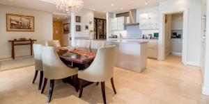 A cozinha ou cozinha compacta de Waterfront Village