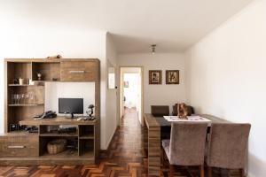 A television and/or entertainment centre at Apartamento Jardim Botânico 3 quartos 2 vagas para carro