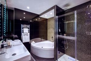 A bathroom at Déclic Hotel