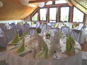 Ein Restaurant oder anderes Speiselokal in der Unterkunft Landhotel Berggaststätte Bickenriede