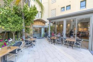 Ein Restaurant oder anderes Speiselokal in der Unterkunft Margosa Hotel Tel Aviv Jaffa