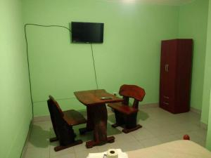 A television and/or entertainment center at Hostal Portal del Valle