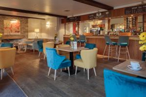 A restaurant or other place to eat at Oxford Witney Hotel