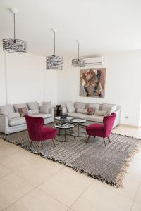 A seating area at Hotel Maison Rouge Cotonou