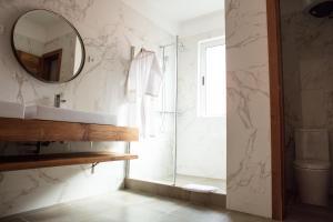 A bathroom at Hotel Maison Rouge Cotonou