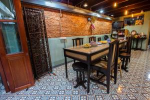 A restaurant or other place to eat at Baan Gaysorn Hostel