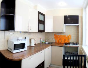A kitchen or kitchenette at Уютный Тихвин апартаменты 1 микрорайон д 50