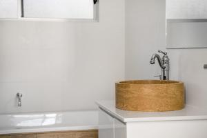 A bathroom at Byron Moon - Right across from Belongil Beach!