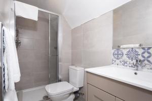 A bathroom at Summerfield Lodge B&B