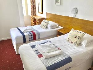 A bed or beds in a room at Sunningdale Apartments