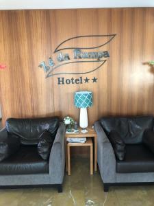 A seating area at Ze da Rampa Hotel