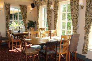 A restaurant or other place to eat at Plas Derwen
