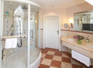 A bathroom at Romantik Parkhotel Wasserburg Anholt