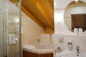 A bathroom at Landhotel Guglhupf