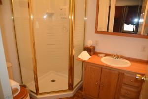 A bathroom at Magnolia Place Bed and Breakfast