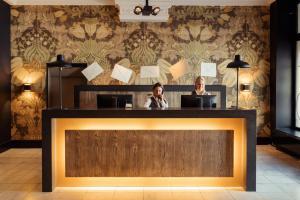 De lobby of receptie bij Post-Plaza Hotel & Grand Café