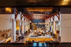 Een restaurant of ander eetgelegenheid bij Post-Plaza Hotel & Grand Café