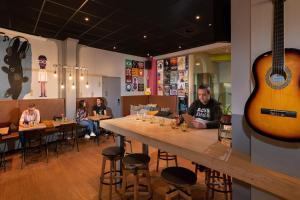 De lounge of bar bij Stayokay Den Haag