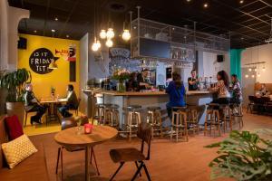 Een restaurant of ander eetgelegenheid bij Stayokay Den Haag