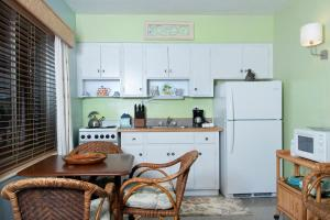 A kitchen or kitchenette at The Desoto - Oceanview Inn