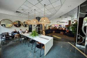 Wake Up! Sydney Central tesisinde bir restoran veya yemek mekanı