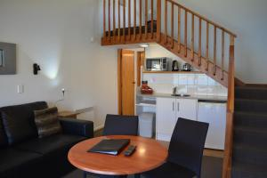 A kitchen or kitchenette at Lakeview Motel