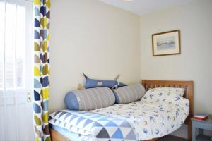 A bed or beds in a room at Charming 2 Bedroom full home in Arsenal