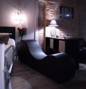 A seating area at La Suite Romantique avec Jacuzzi au Cœur de Perpignan