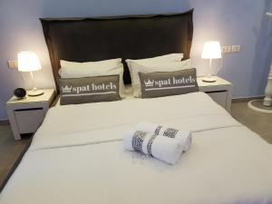 A bed or beds in a room at Spat Hotel Ashdod
