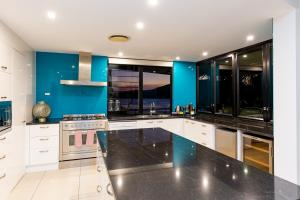 A kitchen or kitchenette at Edge Apartments