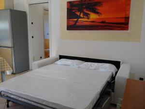 A bed or beds in a room at Apartments Tony in Bardolino