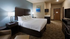 A bed or beds in a room at Best Western Golden Spike Inn & Suites