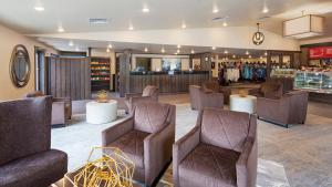 The lounge or bar area at Best Western Golden Spike Inn & Suites