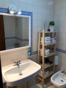 A bathroom at Apartamento - Casas dos Infantes