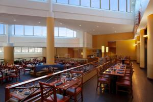 A restaurant or other place to eat at Hilton Atlanta Airport