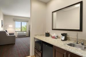 A kitchen or kitchenette at Hampton Inn & Suites Phoenix Glendale-Westgate