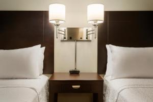 A seating area at Hampton Inn & Suites Phoenix Glendale-Westgate