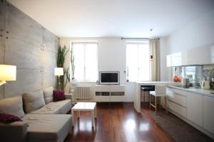 A seating area at Cozy apartment pl.Solny