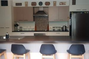 A kitchen or kitchenette at Relaxin Lakeside