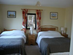 A bed or beds in a room at Clifford House B & B